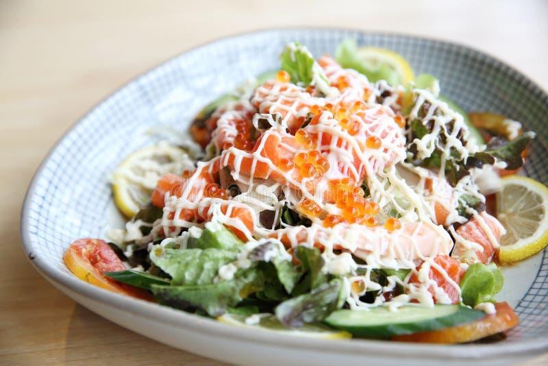 Salada com alimento japonês dos salmões imagens de stock