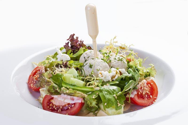 Salada com almôndegas de Turquia imagem de stock