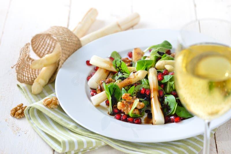 Salada com aspargo imagens de stock
