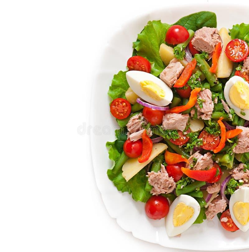 Salada com atum, tomates, batata e cebola fotos de stock royalty free