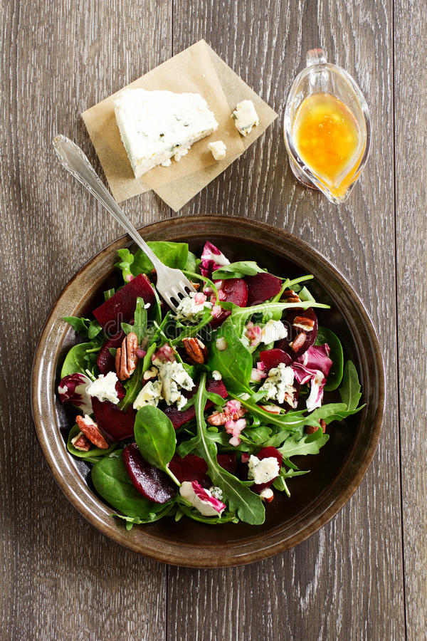 Salada com beterraba, queijo azul, fotos de stock royalty free