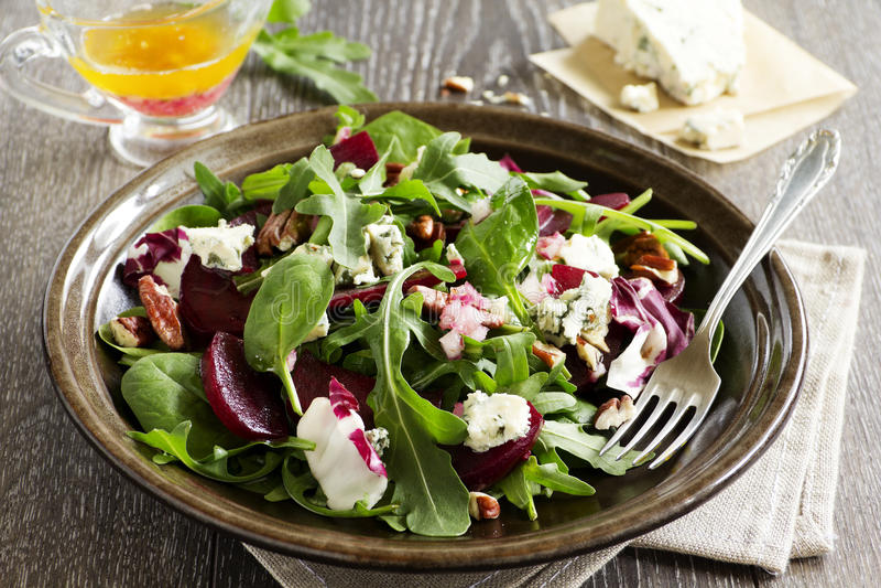 Salada com beterraba, queijo azul, imagens de stock royalty free