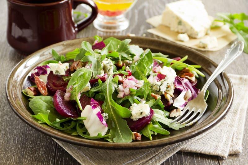 Salada com beterraba, queijo azul, porcas foto de stock royalty free