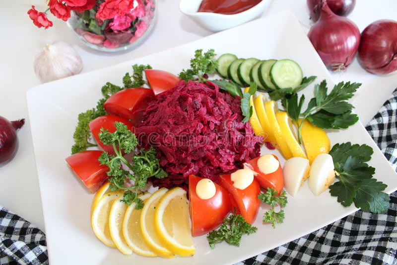 Salada com beterraba vermelha e vegetais foto de stock