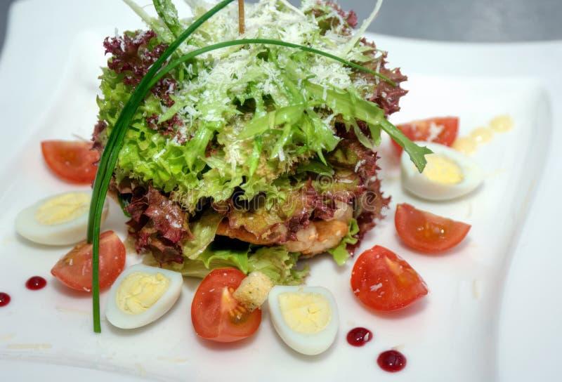Salada com carne e ovos foto de stock