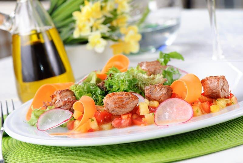 Salada com carne e vegetais foto de stock royalty free