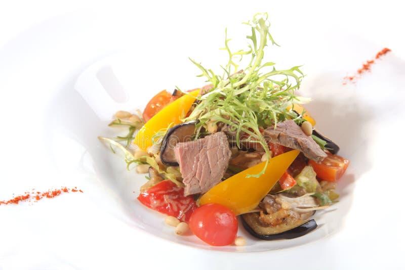 Salada com carne e vegetais imagens de stock royalty free