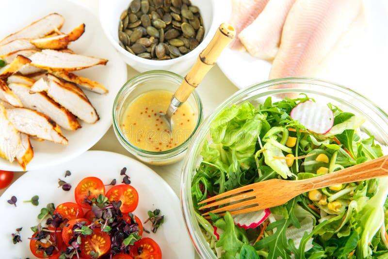 Salada com carne grelhada, os peixes fumado e os vegetais diferentes. imagens de stock