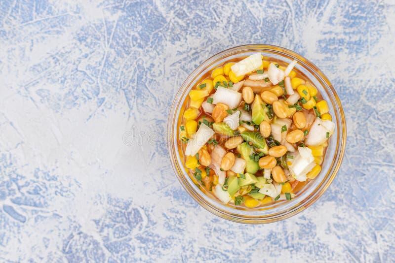 Salada com cebola de abacate fatiada e milho enlatado na tigela com espaço para cópia foto de stock