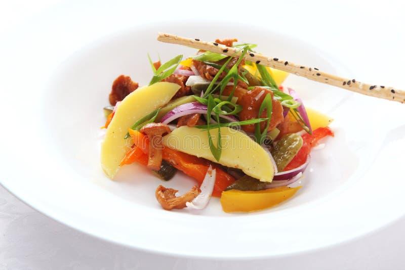 Salada com cogumelos e vegetais fotografia de stock