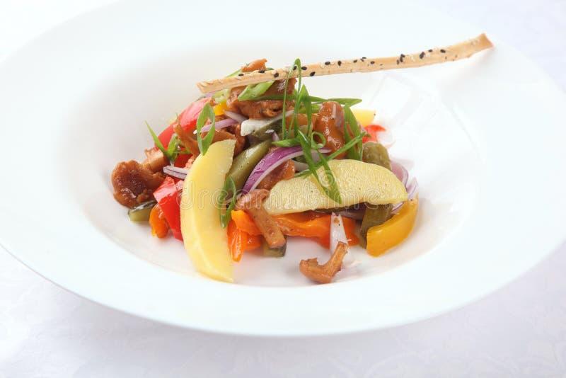 Salada com cogumelos e vegetais foto de stock