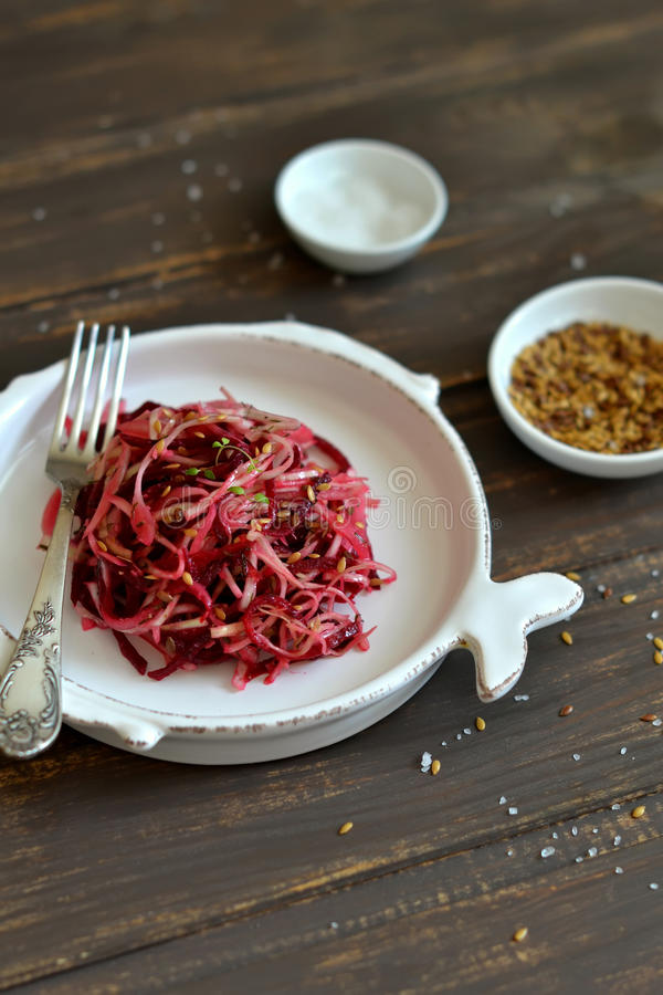 Salada com couve e beterrabas imagem de stock