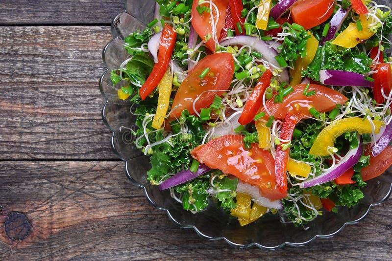 Salada com couve encaracolado fotografia de stock royalty free