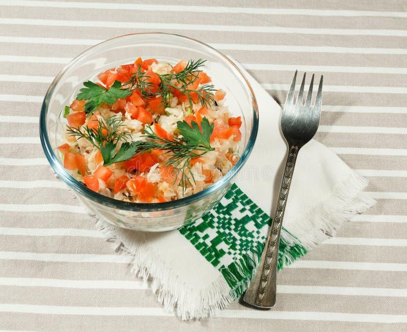 Salada com couve fresca, tomate, azeitonas e as cebolas verdes fotos de stock