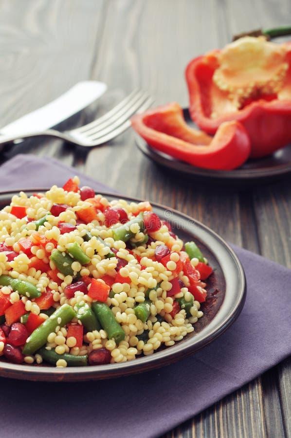 Salada com cuscuz e vegetais imagens de stock royalty free