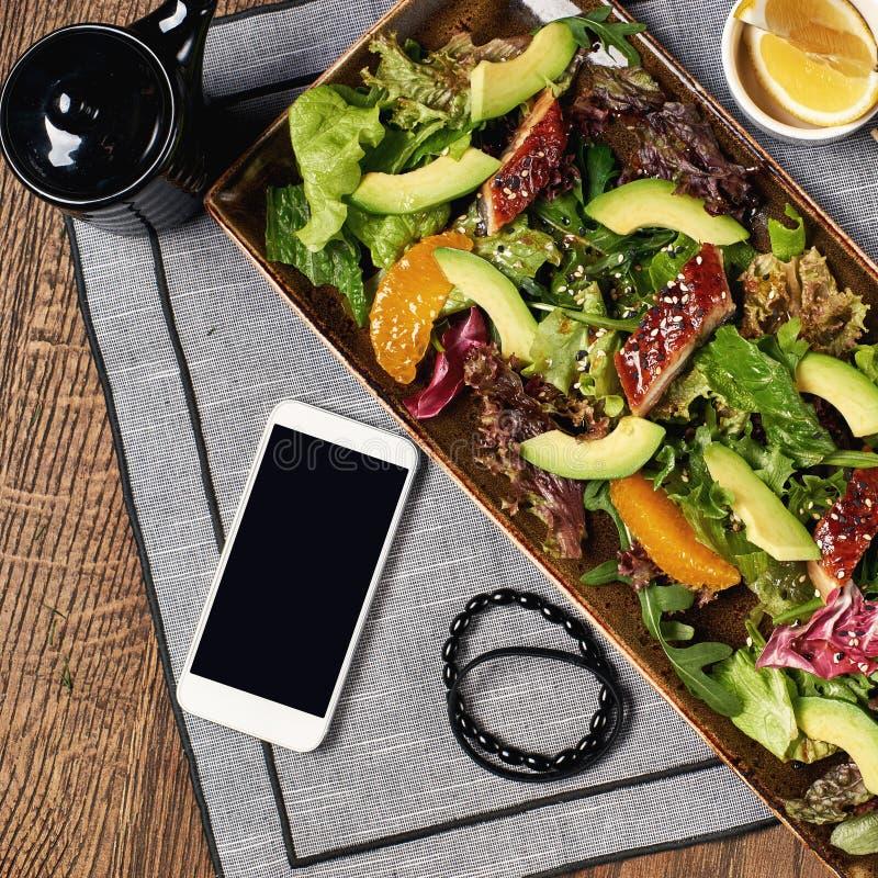 Salada com enguia, laranja e abacate foto de stock royalty free
