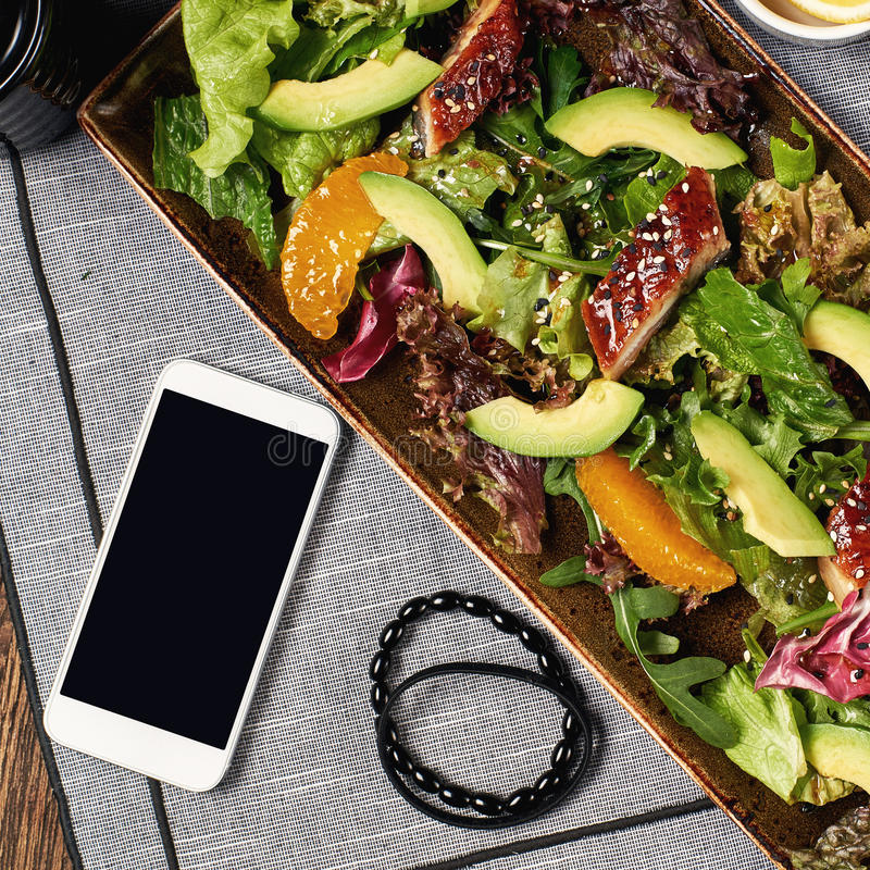 Salada com enguia, laranja e abacate fotografia de stock