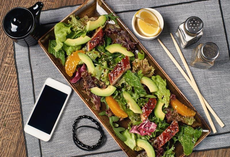 Salada com enguia, laranja e abacate fotos de stock royalty free