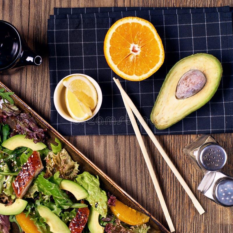 Salada com enguia, laranja e abacate imagens de stock royalty free