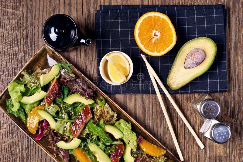 Salada com enguia, laranja e abacate fotografia de stock royalty free