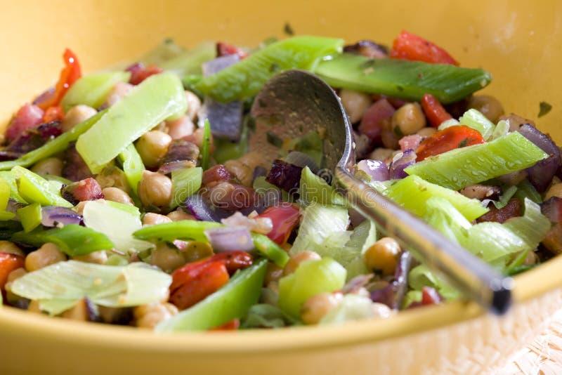 Salada com ervilhas de pintainho imagens de stock