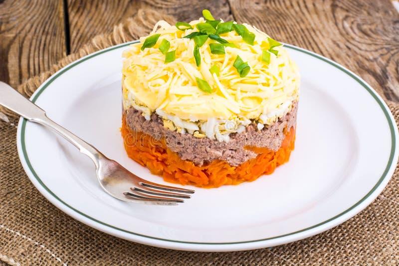 Salada com fígado de bacalhau imagens de stock
