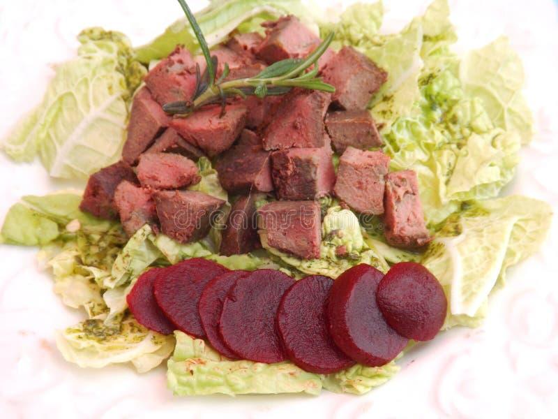Salada com fígado e beterrabas imagens de stock royalty free