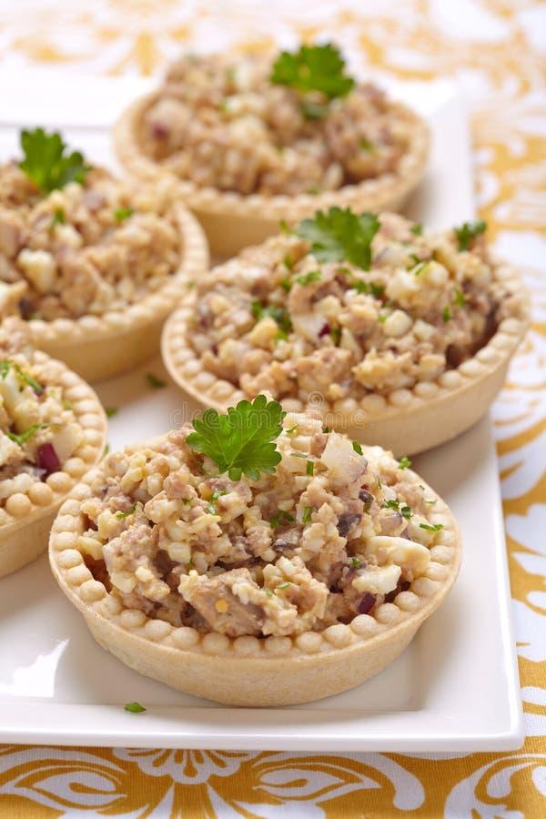 Salada com fígado, ovos e cebola de bacalhau fotografia de stock