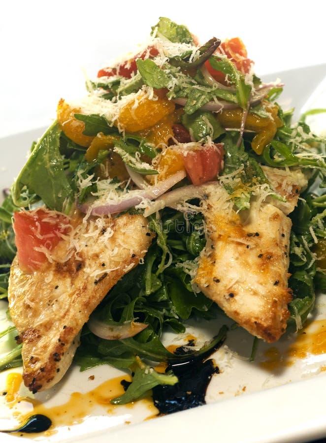 Salada com a faixa grelhada da galinha imagens de stock royalty free