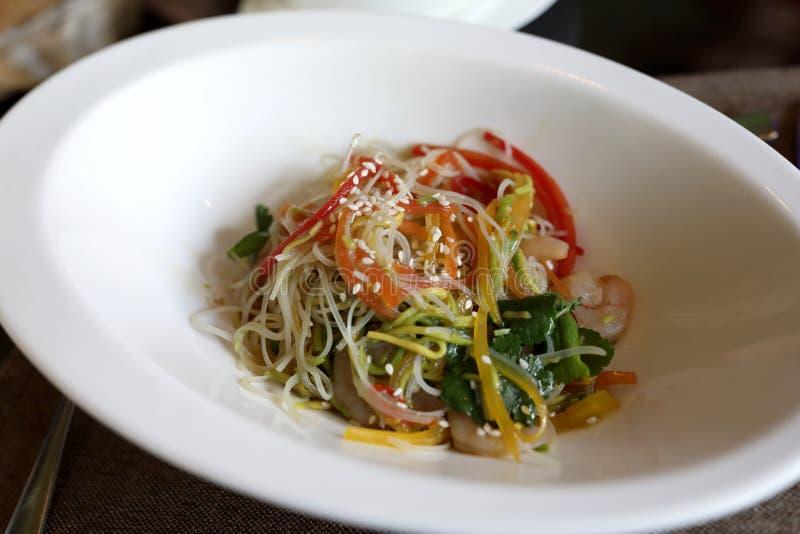 Salada com funchoza e vegetais fotos de stock royalty free