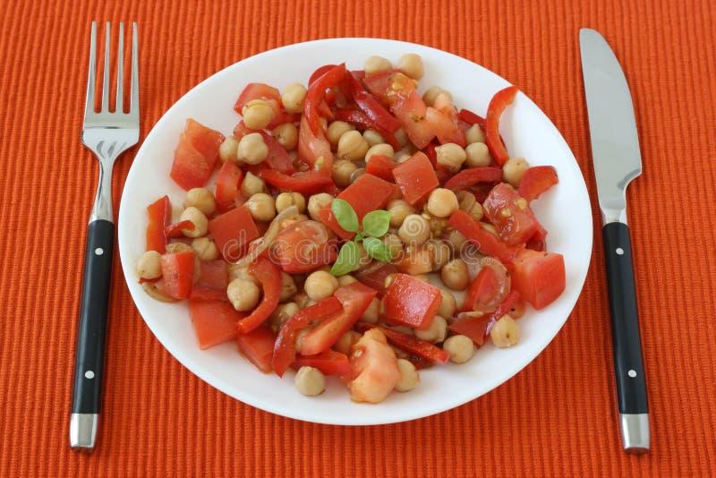 Salada com grão-de-bico imagens de stock royalty free
