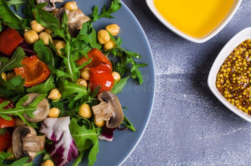 Salada com grãos-de-bico e vegetais foto de stock