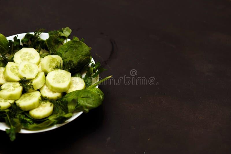 Salada com legumes frescos, ervas, e pepinos fotos de stock