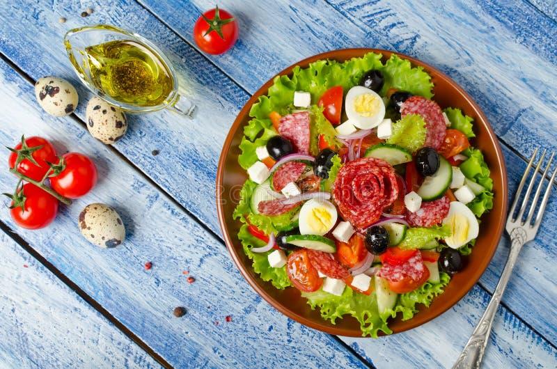 Salada com legumes frescos, queijo de feta, ovos de codorniz, azeitonas e imagem de stock royalty free
