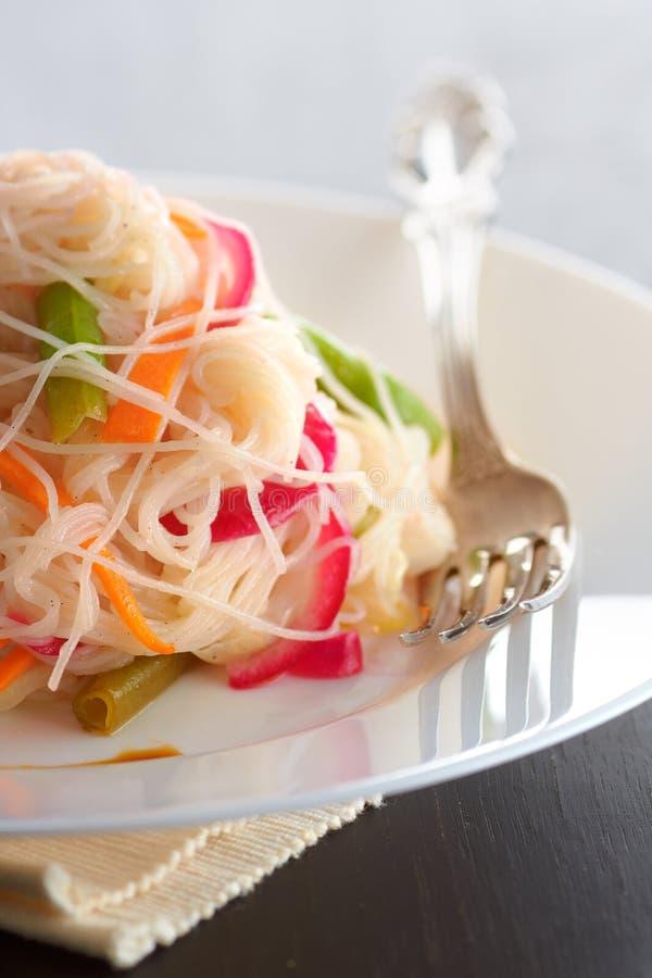 Download Salada Com Macarronetes De Arroz Imagem de Stock - Imagem de oriental, noodles: 12803413