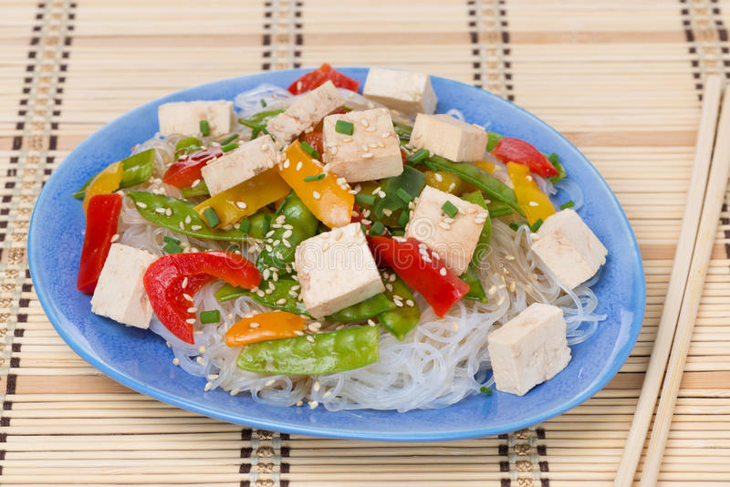 Salada com macarronetes de arroz, vegetais e tofu imagem de stock royalty free
