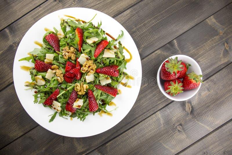 Salada com morangos, salada da mola de foguete, queijo parmesão, w imagem de stock royalty free