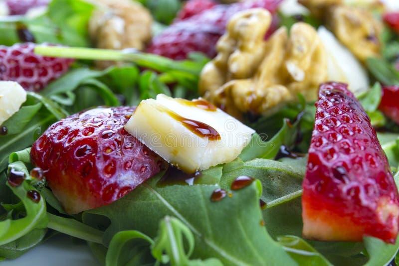Salada com morangos, salada da mola de foguete, queijo parmesão, w imagens de stock royalty free