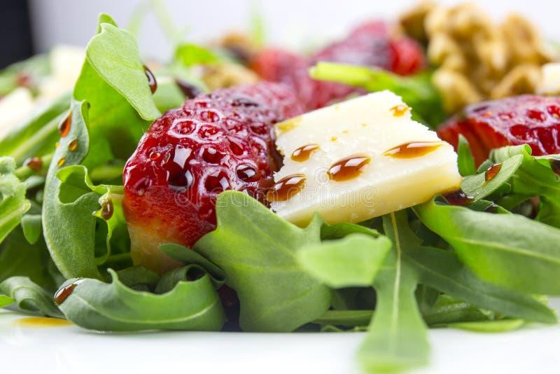 Salada com morangos, salada da mola de foguete, queijo parmesão, w fotos de stock
