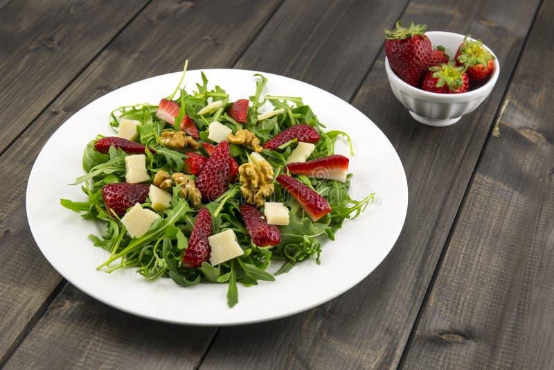 Salada com morangos, salada da mola de foguete, queijo parmesão, w fotografia de stock royalty free