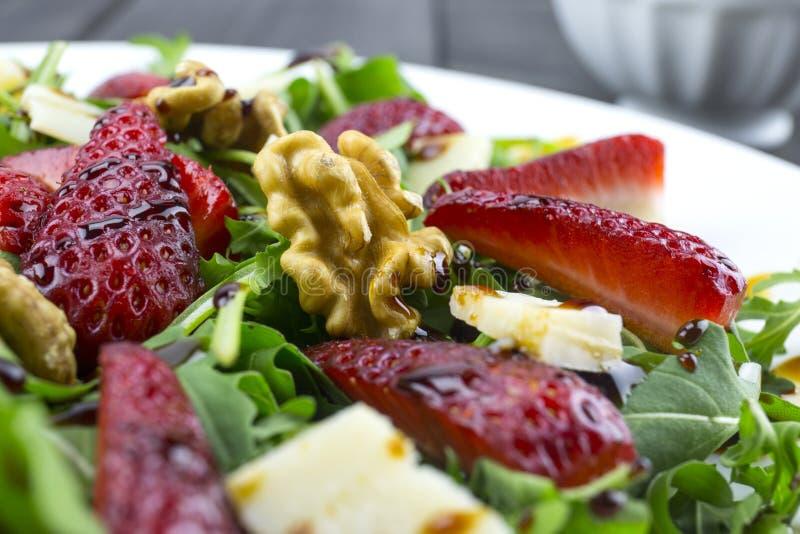 Salada com morangos, salada da mola de foguete, queijo parmesão, w fotografia de stock