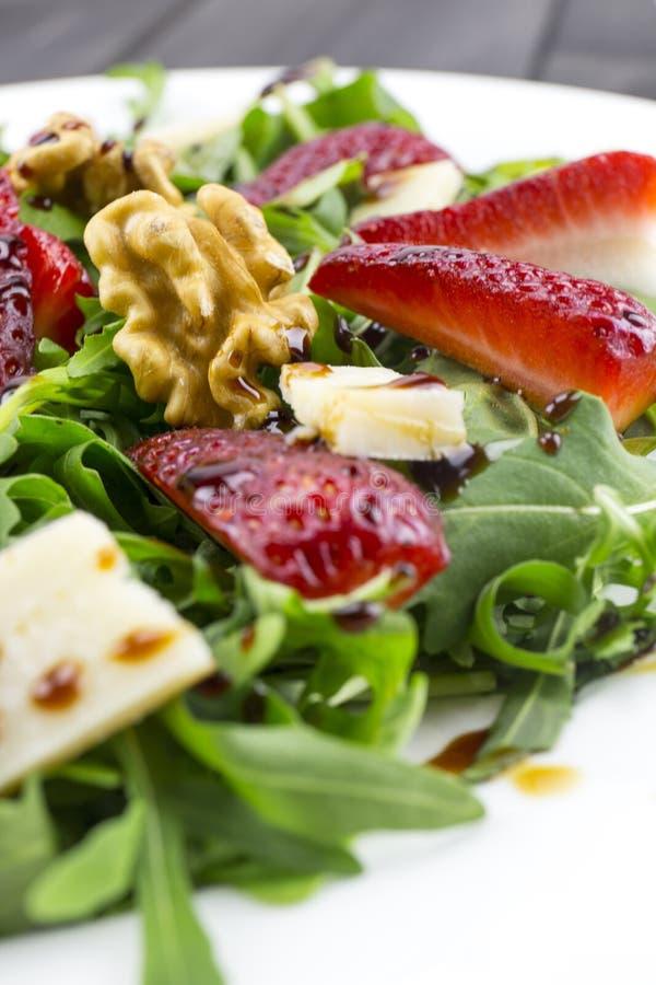 Salada com morangos, salada da mola de foguete, queijo parmesão, w imagem de stock