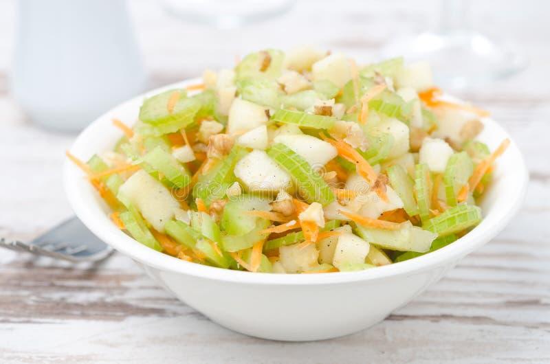 Salada com o close up do aipo, da cenoura e da maçã horizontal foto de stock royalty free