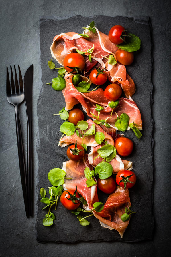 Download Salada Com O Serrano Do Jamon Do Presunto, Tomates De Cereja, Rúcula, Placa Da Ardósia Imagem de Stock - Imagem de vermelho, italiano: 80100135