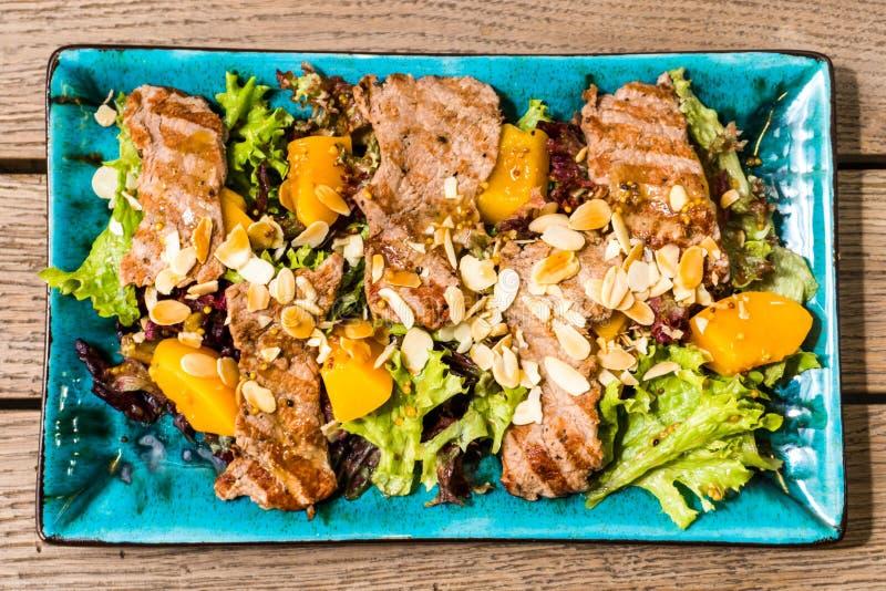 Salada com presunto e porcas da manga foto de stock