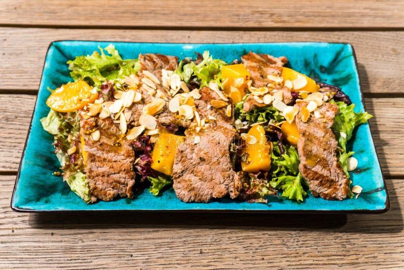 Salada com presunto e porcas da manga fotos de stock royalty free