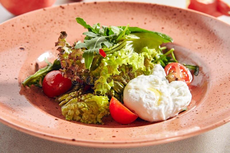 Salada com Produtos Hortícolas Frescos e Ovos Enchidos ou Sais de Ovos imagem de stock