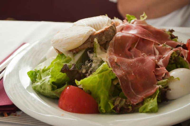 Salada com queijo de cabra imagens de stock royalty free