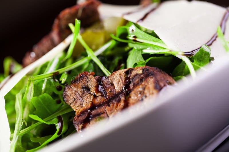 Salada com rúcula e carne imagens de stock royalty free