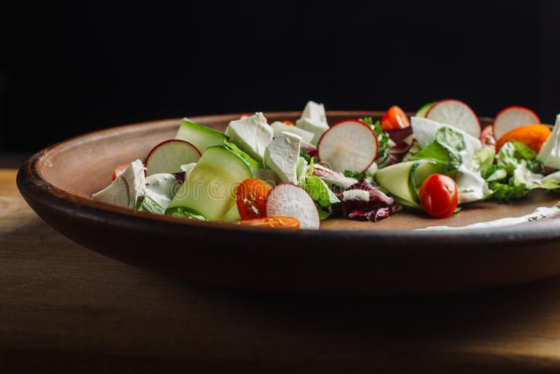 Salada com rúcula, pepino, requeijão e rabanete fotografia de stock